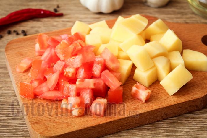 нарезаем картофель и помидоры