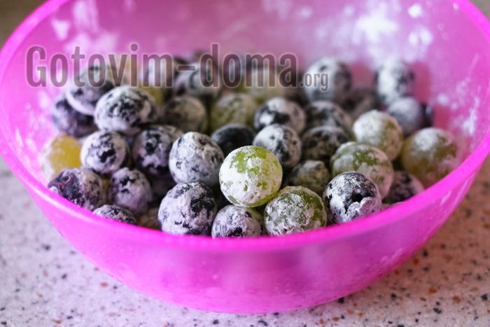 свежий виноград обваливаем в муке