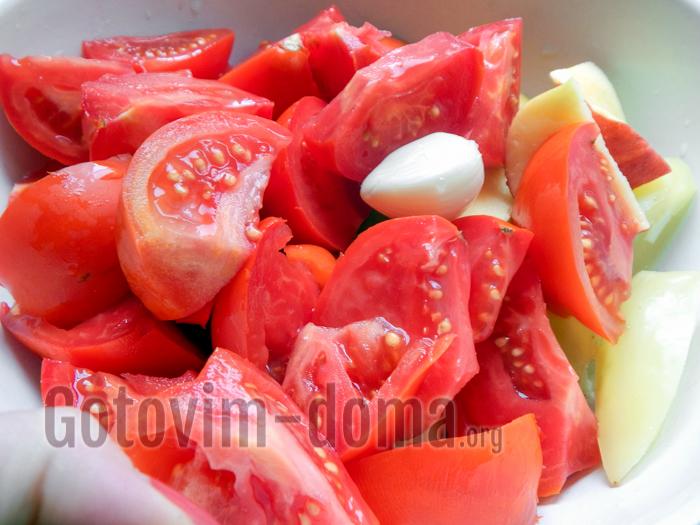 нарезаем крупно помидоры, лук, болгарский перец