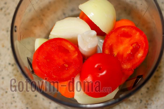 выкладываем помидоры в блендер