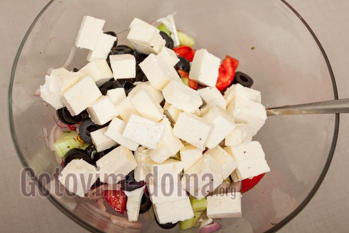сыр перемещаем в салат, не солим (оливки и фета очень соленые)