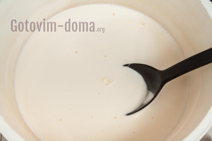 переливаем в кастрюлю с антипригарным покрытием + молоко