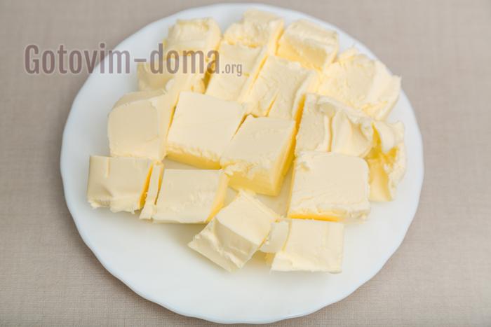 масло нарезаем и оставляем при комнатной температуре