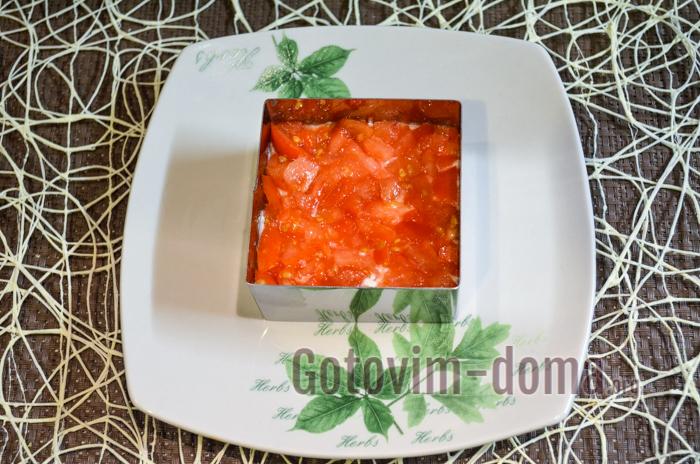 нарезаем и выкладываем помидоры