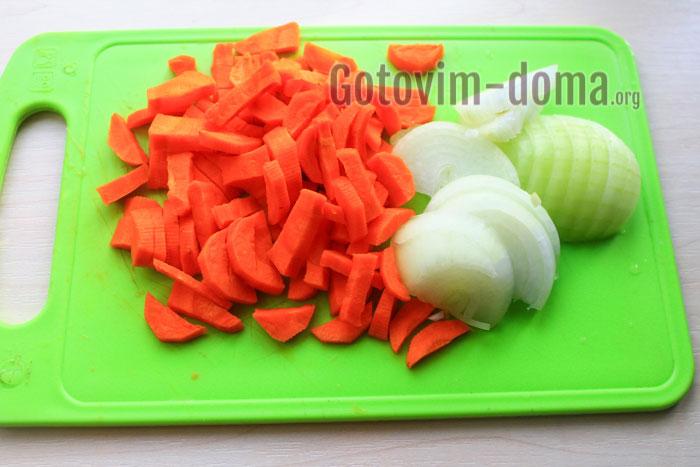 почистить и порезать лук и морковку