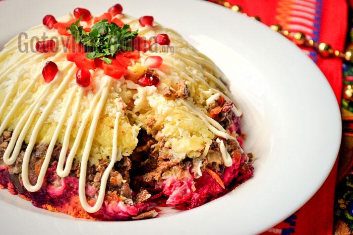 вкусный салат с печёнкой слоями