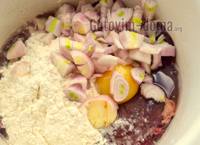 добавить лук чеснок и специи в печёночное тесто