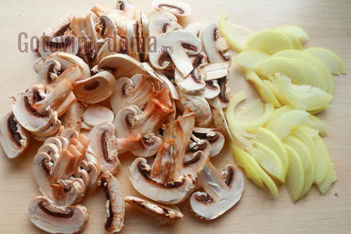 тонко нарезаем лук и грибы