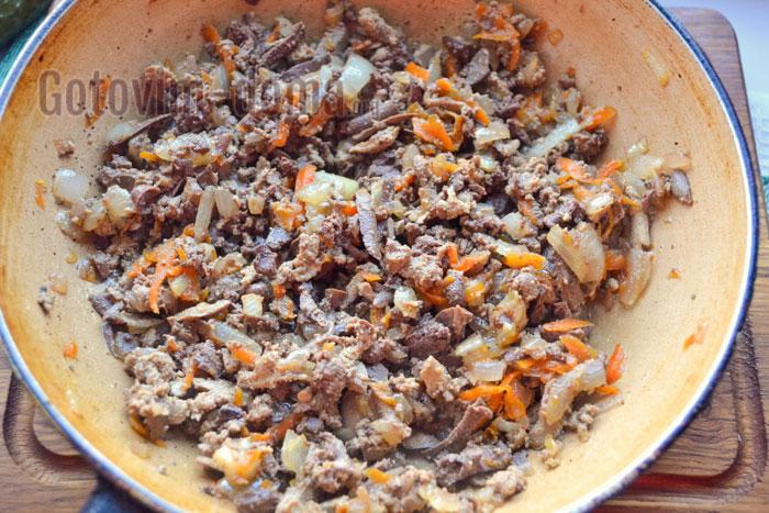 натёртую печёнку добавить к луку и морковке на сковороде
