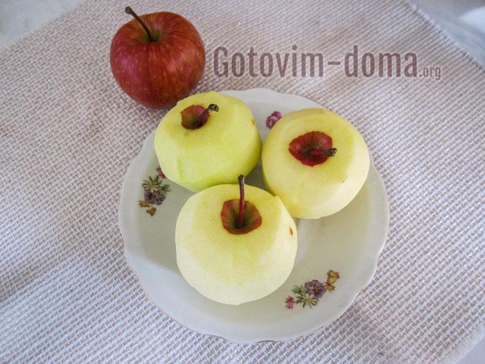 чистим яблоки от шкурки