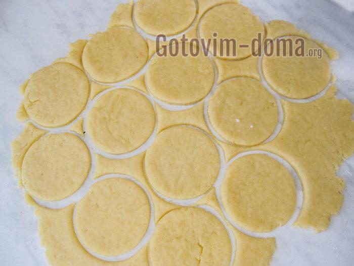 раскатываем тесто и вырезаем кружочки