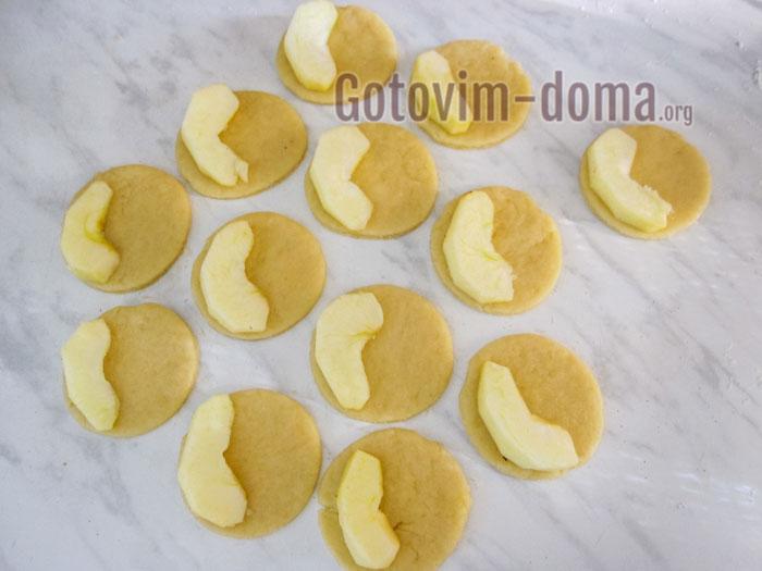яблочные дольки кладём на тесто