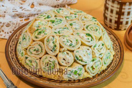 вкусный кружевной салат из блинчиков и рыбной консервы