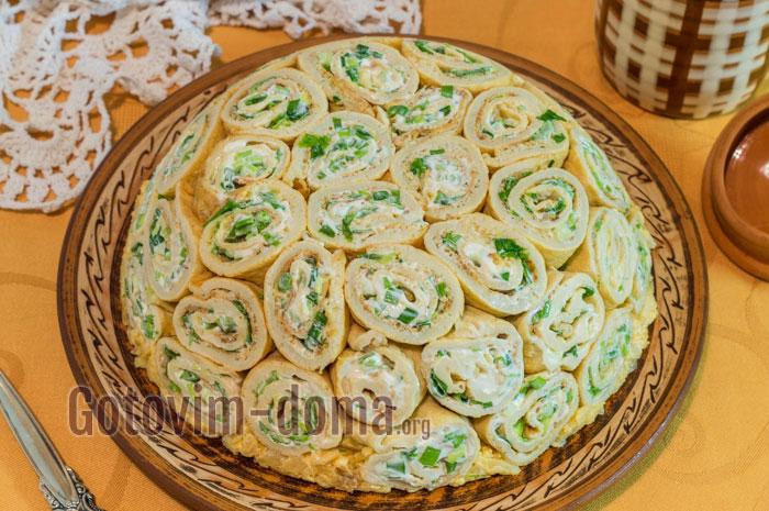 пошаговый салат из блинчиков с консервами