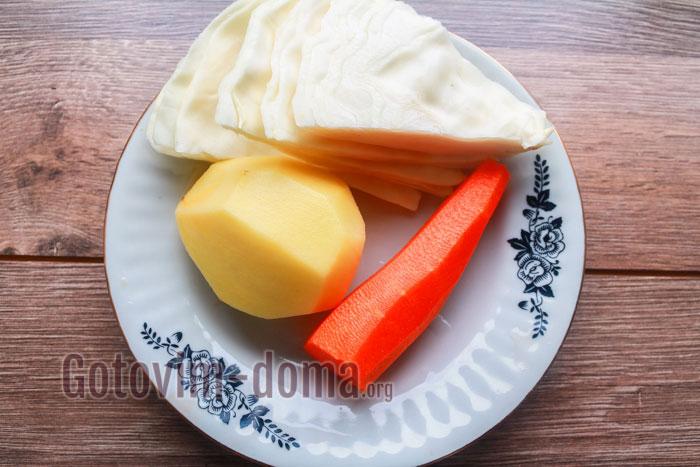 почистить картошку и морковь и отрезать капусту