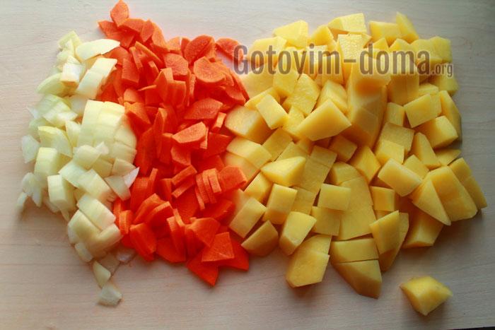 нарезаем картофель лук морковь