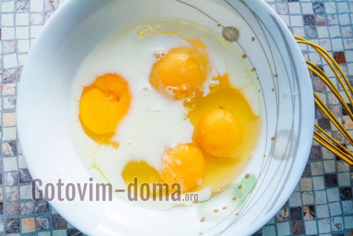 яйца взбить с молоком