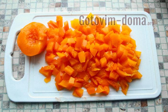 порезать консервированные персики