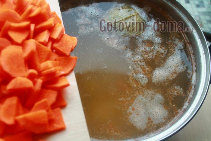 добавляем в рыбный бульон морковь