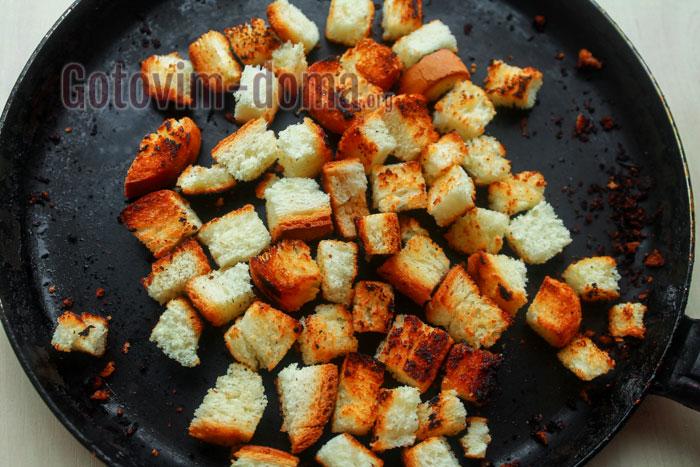 обжарить сухарики из белого хлеба