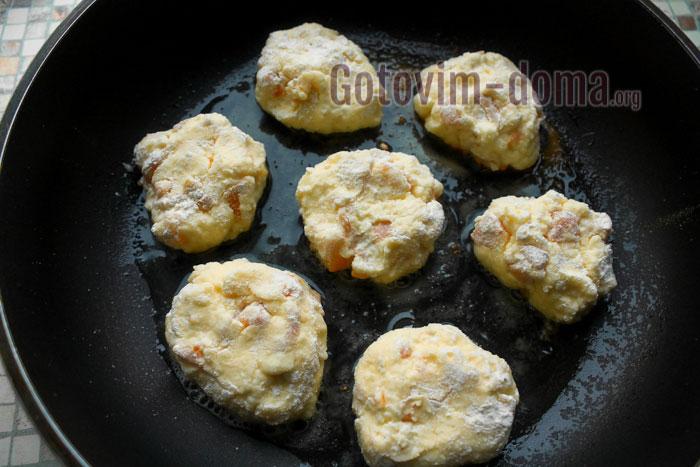 жарить сырнике на сковороде по 2 минуты с обоих сторон