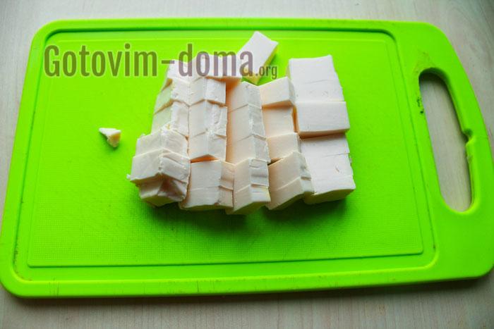 порезать кубиками плавленый сырок