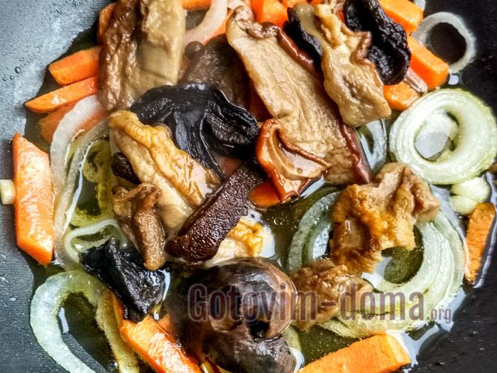 добавить к овощам грибы и бульон