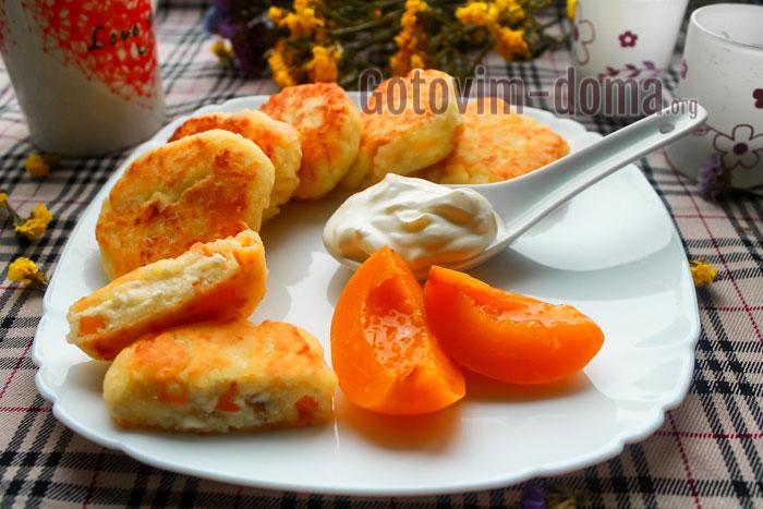 сырники с манкой и персиками на сковороде пошаговый рецепт