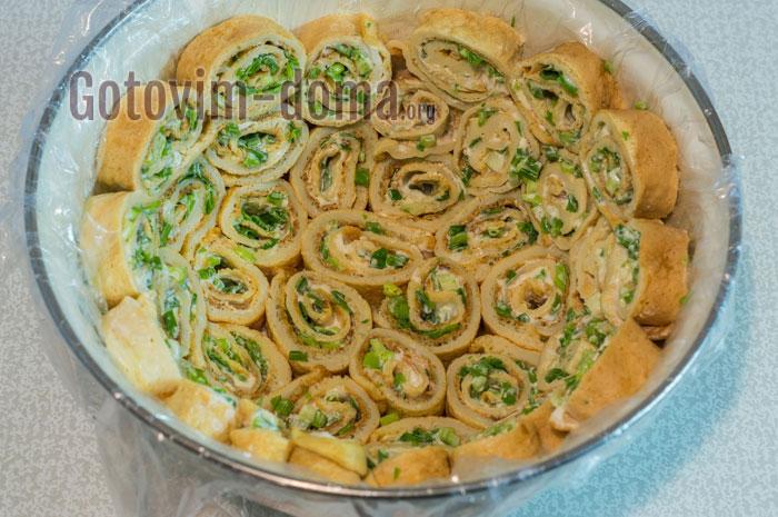 выложить блинчики в салатник
