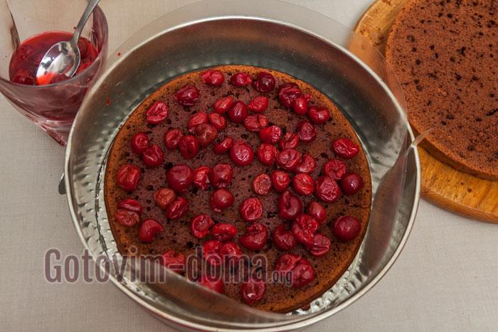 выкладываем бока ацетатной пленкой, корж пропитываем вишневым соком с сахаром и выкладываем ягоды