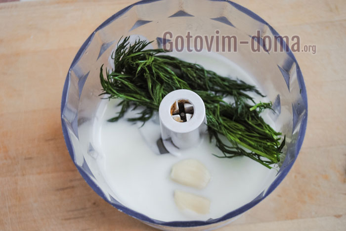 взбить йогурт с чесноком и зеленью