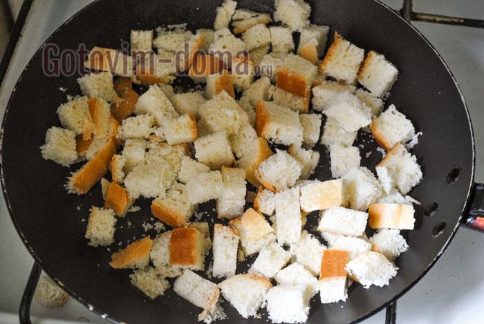 обжарить сухарики на сковороде