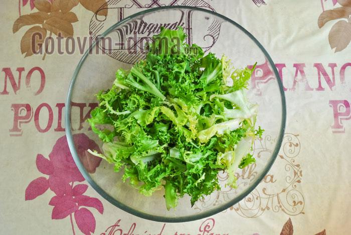 листья салата порвать на кусочки