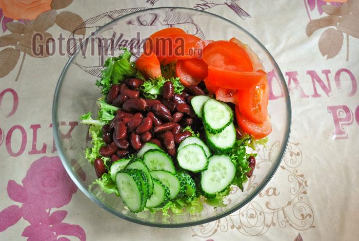 добавить помидор в миску с салатом