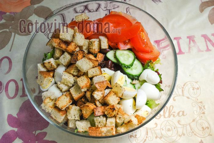 добавить в салат сухарики