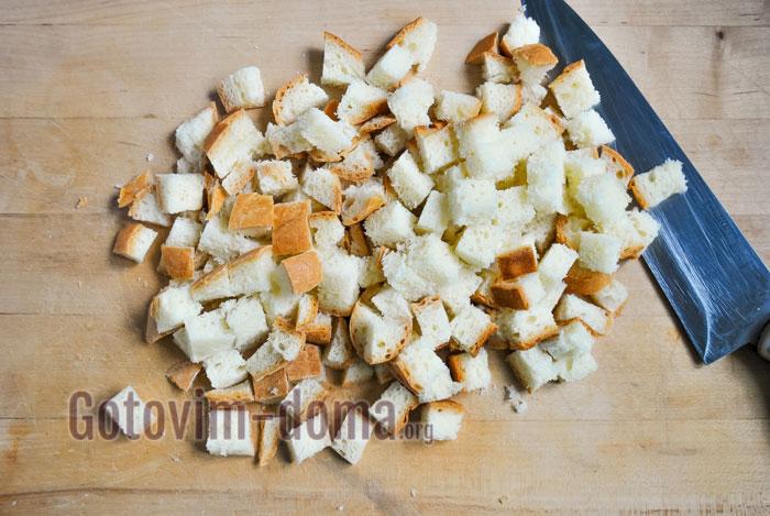 нарезать хлеб квадратиками