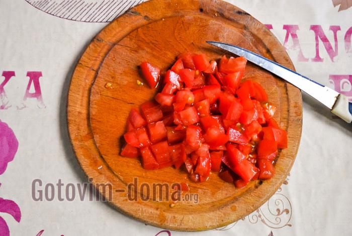 нарезать помидор кубиками