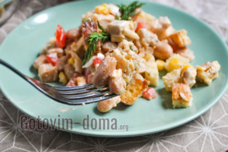 Как приготовить салат с белой фасолью, курицей и сухариками, рецепт с фото