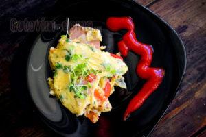 омлет с помидорами, ветчиной и сыром пошагово с фото