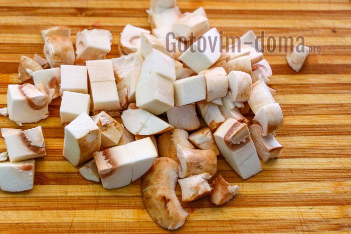 порезать шампиньоны кубиками