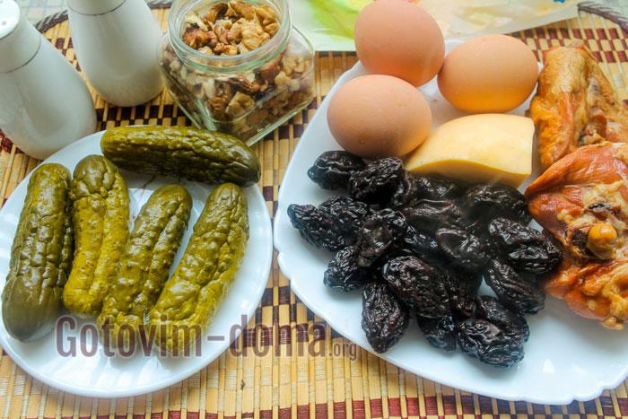 Ингредиенты для салата с черносливом и курицей слоями