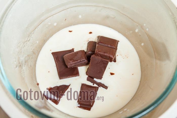 К сливкам добавлен шоколад.