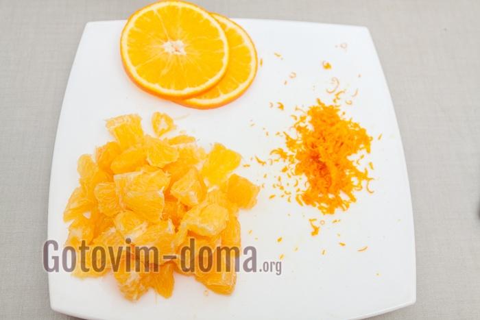 Чистим апельсины, нарезаем их небольшими дольками.