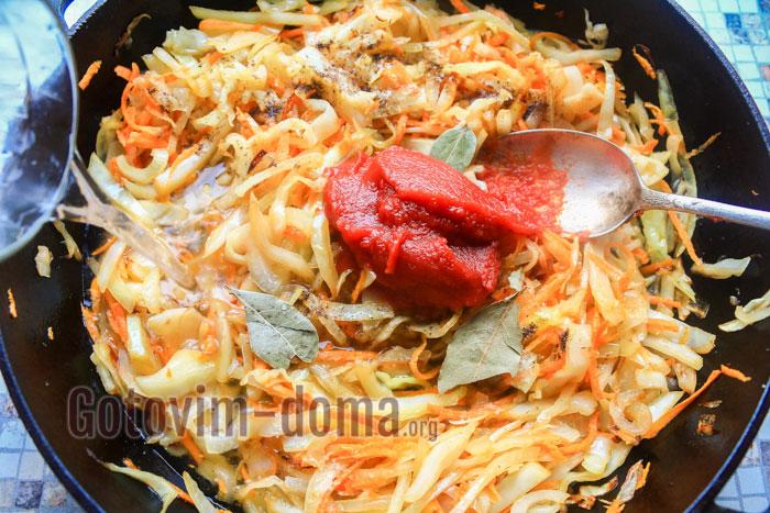 Добавляем томатную пасту, специи и продолжаем тушить