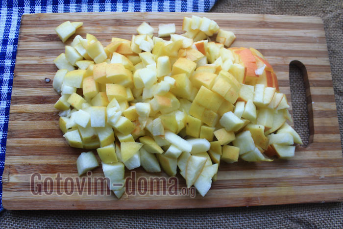 Нарезаем яблоки небольшими кубиками, как тыкву