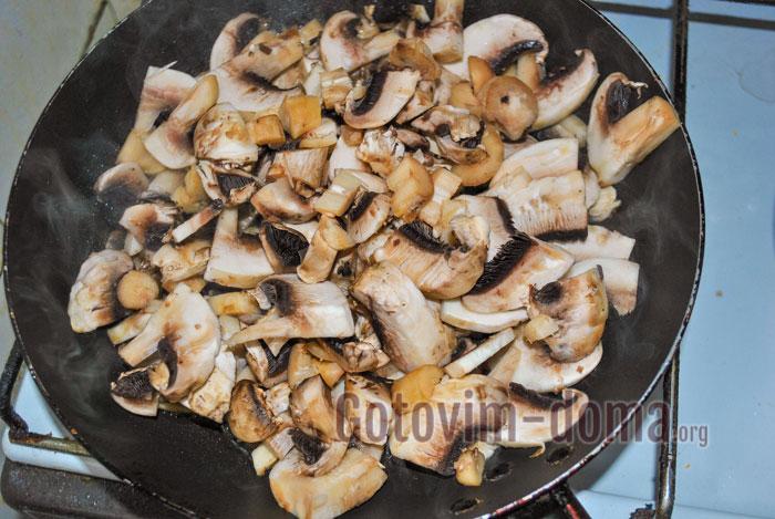 Жарим грибы на среднем огне