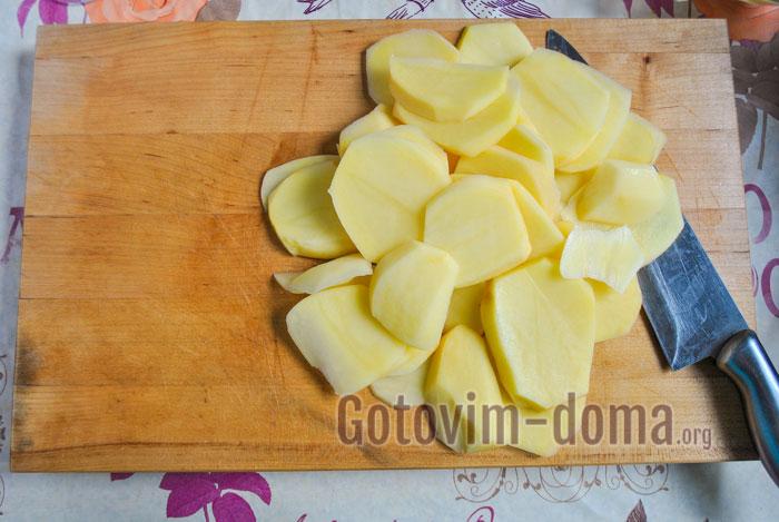 Картофель чистим, моем и нарезаем кружочками