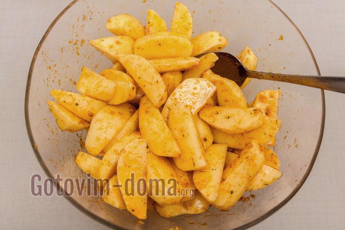 Картофель и маринад тщательно перемешиваем
