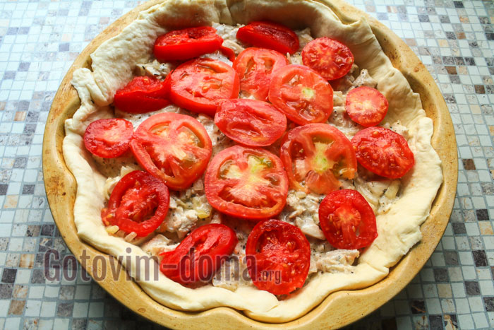 Раскладываем кусочки помидора по всему пирогу