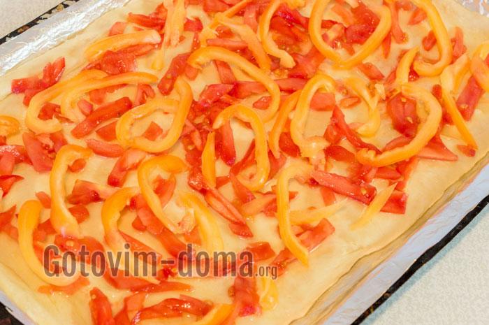 Добавляем нарезанный перец и помидор